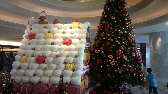 特大お菓子の家と特大クリスマスツリーです