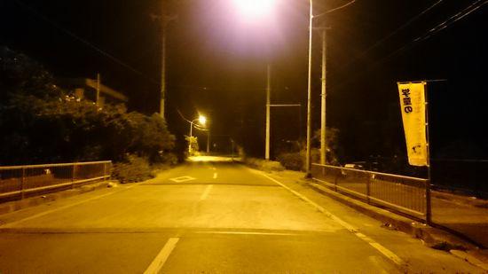 早朝の暗い夜道を進んでいきます。