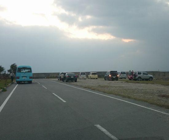 港には初日の出みるために人が集まっています
