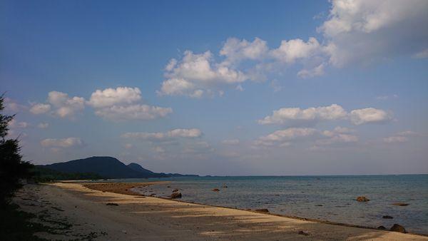 綺麗な空と海。ビーチの風景