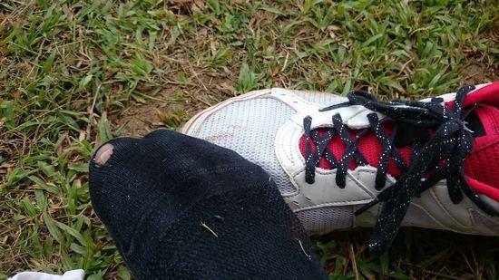 勝負靴下に穴。