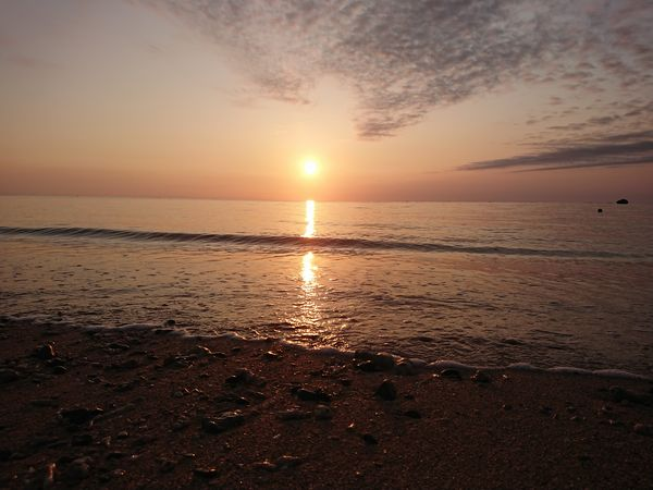 ビーチに見えるきれいな朝日
