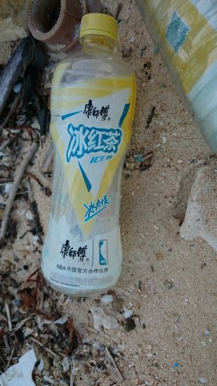 ゴミ。ペットボトルです。