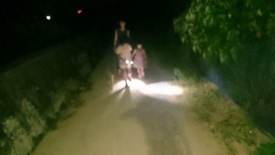 ちょっと夜更かし堤防を歩きます。