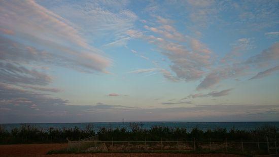 夕暮れ時の空。青空が広がっています