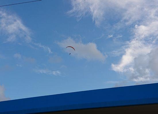 パラグライダーがおうちの上を通過です