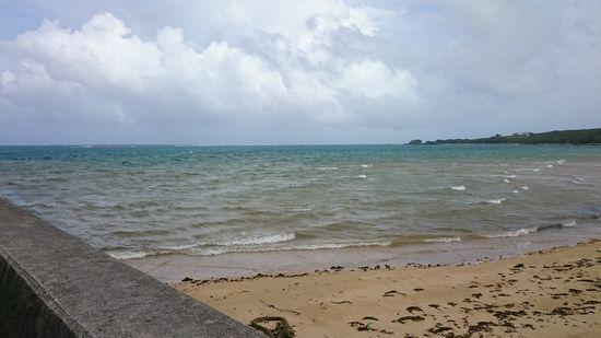 ビーチ際でも波がばちゃばちゃです。