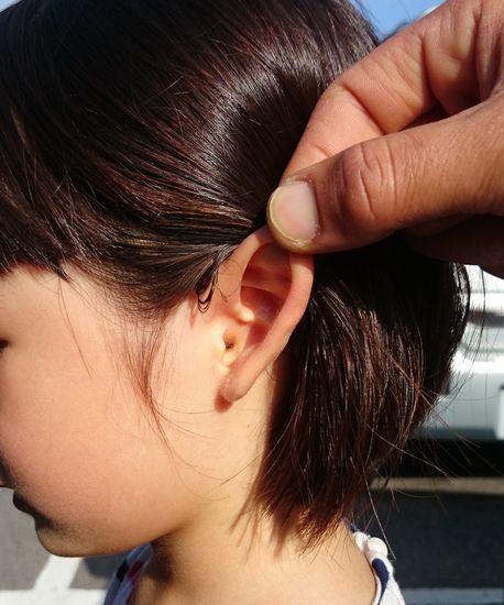 耳の斜め後ろをさらに後ろにひっぱります