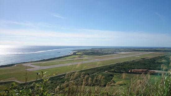 頂上からは空港が丸見えです。