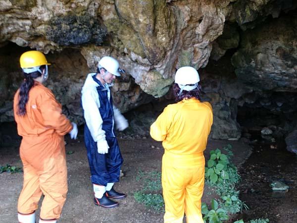 シュノーケル後は洞窟探検ツアー。入り口にて