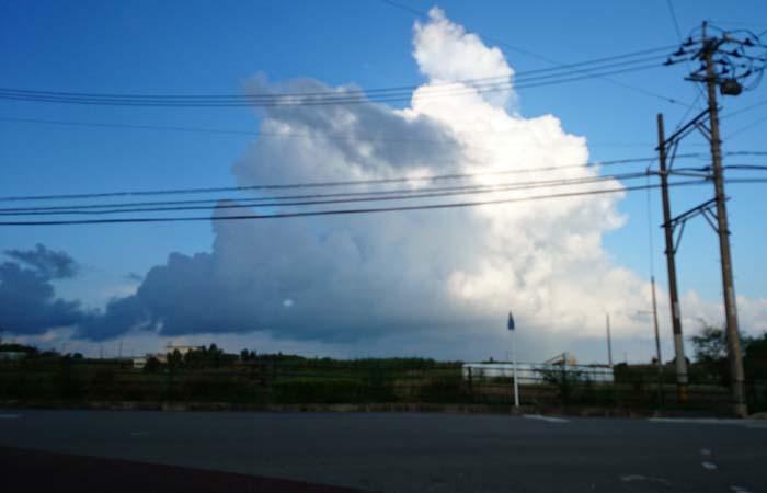 雨を降らす雲がもくもくと
