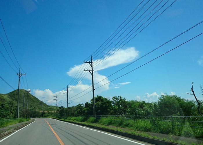 青空にビヨーンと雲が伸びています
