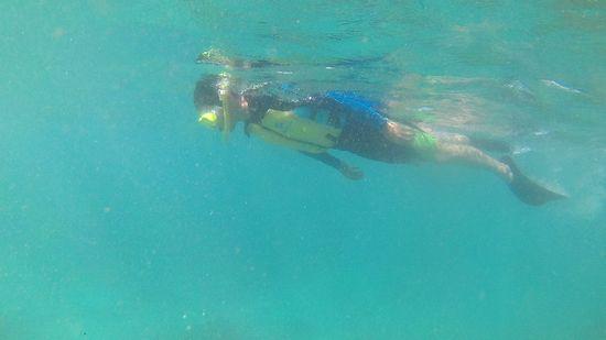 お父さんも無敵の泳ぎです。
