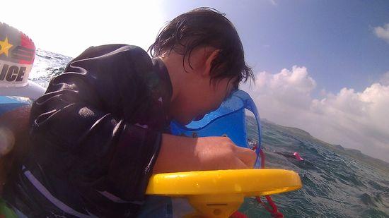 箱メガネを覗いた後は、海遊びです