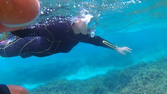 水中世界を楽しんでいる奥さん