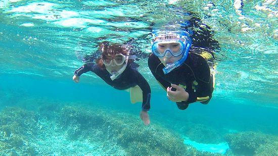 海を楽しんでいるコウキ君とナユちゃんです。