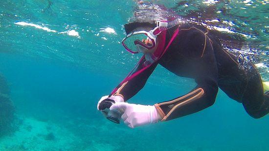 フードをかぶって水中撮影