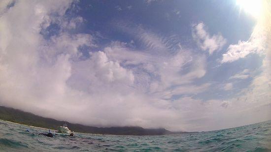 石垣島には、雲がかかっていますが、海は、晴れています。