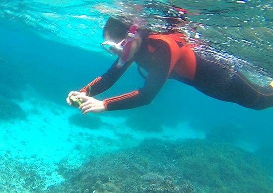 水中撮影を楽しんでいるお母さん