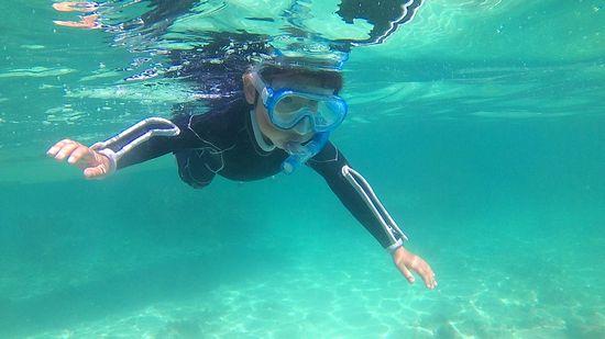 リョウタ君、一人で泳ぎ初めています。