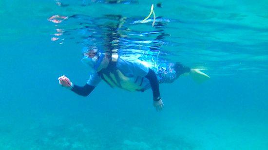 水中カメラに没頭のお姉さん
