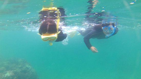 水中を楽しんでいるユウカちゃんとアヤカちゃんです
