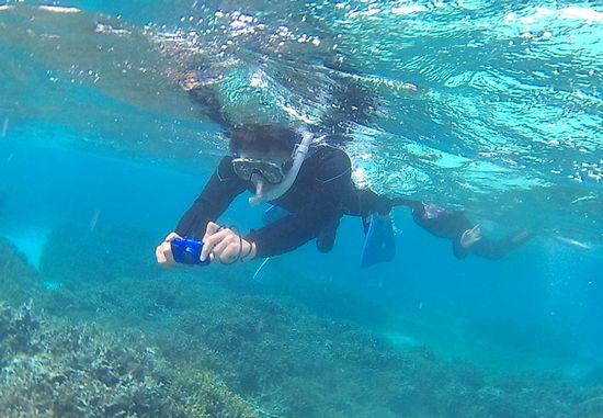 お父さんは水中カメラを楽しんでいます