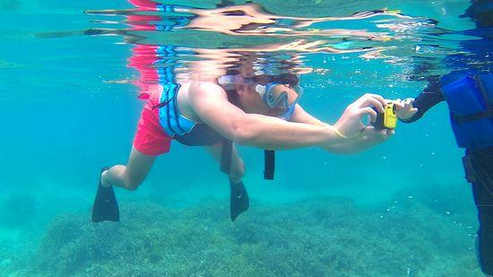 お父さん、水中カメラで狙い撃ちです