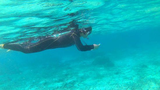 水中撮影をしているお母さん