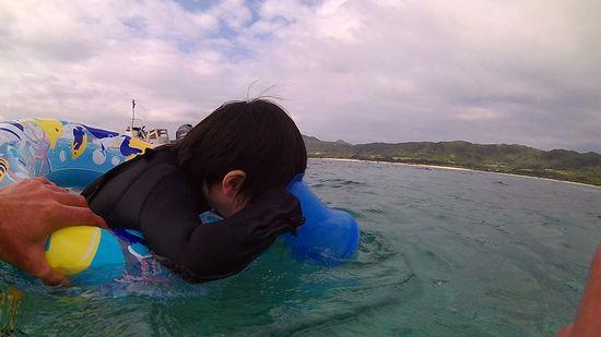 エンジン全開で海を楽しむハクト君です。