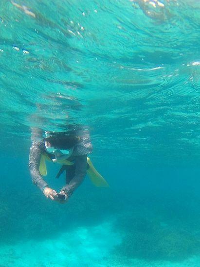 水中カメラ撮影を楽しむお母さん
