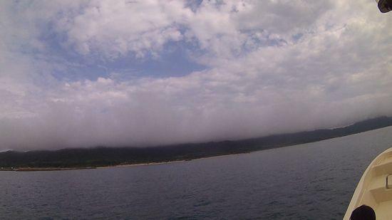 どんより雲の隙間に晴れ間です