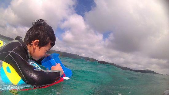 トウマ君は海を楽しんでいます。