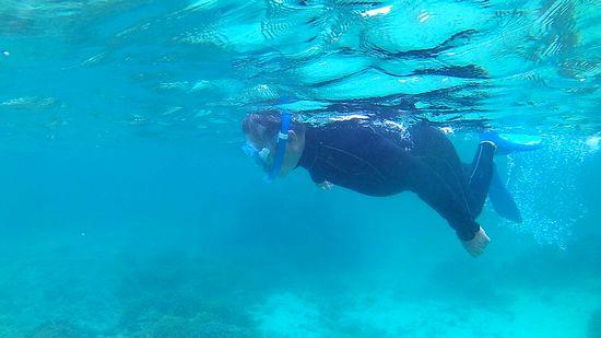 旦那さんも海を楽しんでいます。