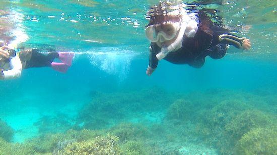 ユウカちゃん、一人で泳ぎ初めています。