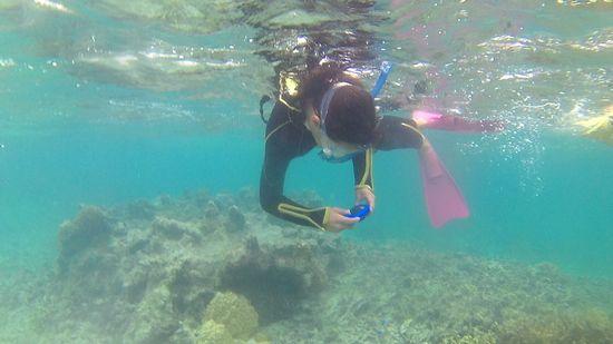 アミちゃんは水中カメラで撮影を楽しんでいます。