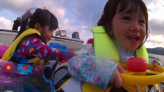 マホちゃんとルカちゃん、浮き輪です
