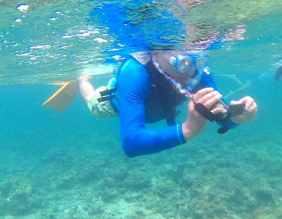 お父さんは、水中ビデオ撮影です