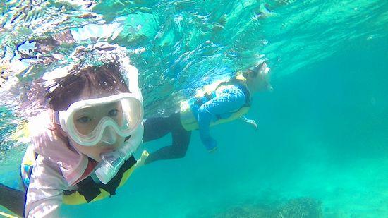 リホちゃんとお母さん、水中を楽しんでいます♪