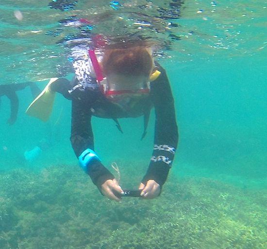 水中カメラを楽しむM尾奥さん