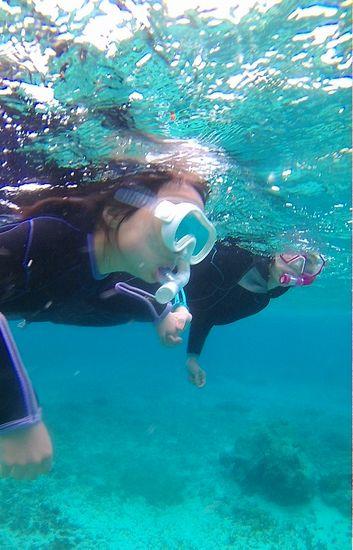 慣れてくれば、お母さんと一緒に泳いでいます