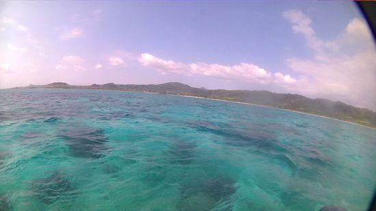 エメラルドグリーンの海がまっています