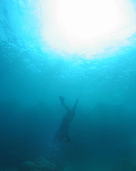水深30mのドロップオフで素潜り体験 写真は7mぐらいのところです