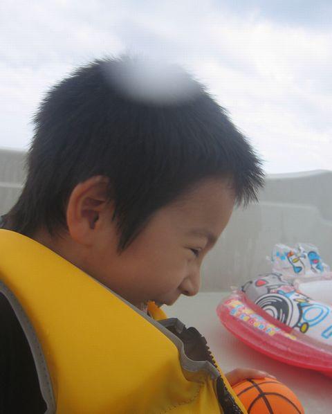 ボートの上で笑顔