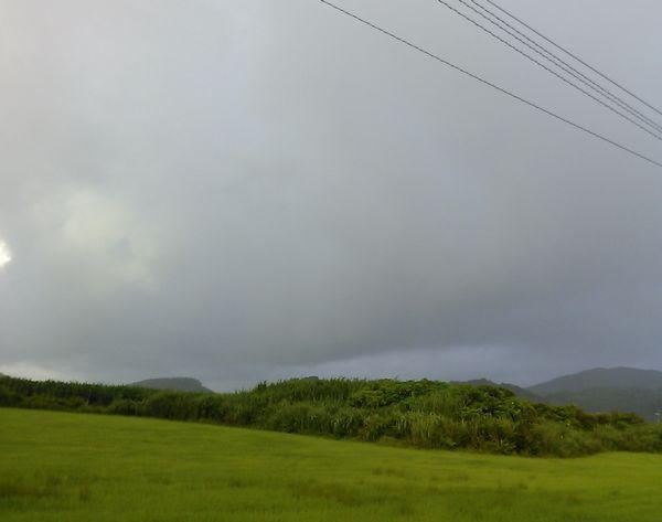 黒い雨雲が出現。これはくるぞ!