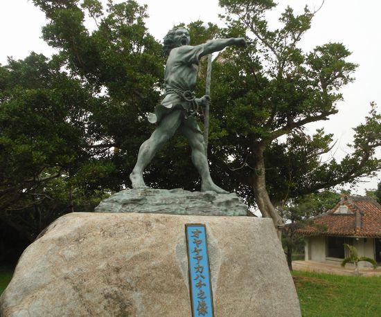 アカハチの像